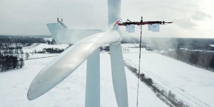 Startup fra Letland har opfundet en drone, der rengører vindmølle-vinger